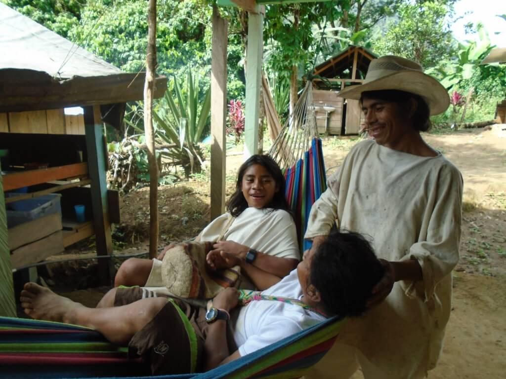Domorodci Wiwa, ich tradicny odev a tasky